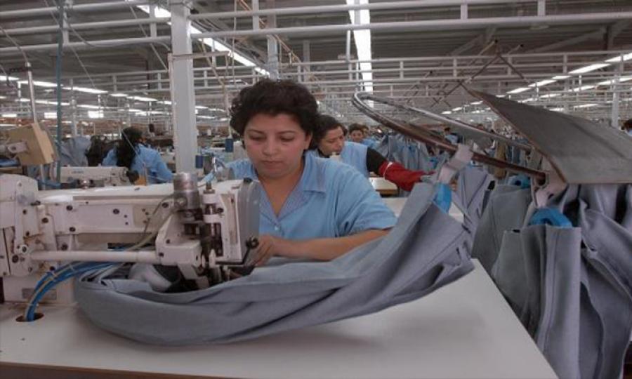 عاملات تونسيات ينقذن مصنعا يعملن فيه من الإفلاس بمساعدة النقابة