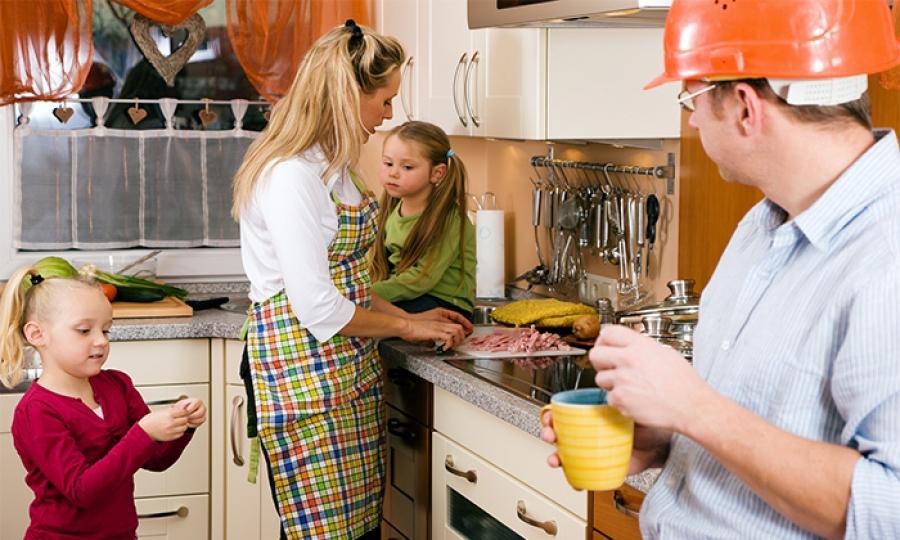 النساء يتحملن المسؤوليات المنزلية ضعف الرجال