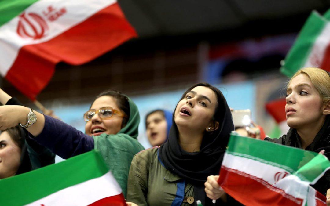الفيفا تمهل إيران لإنهاء الحظر المفروض على حضور النساء لمباريات كرة القدم