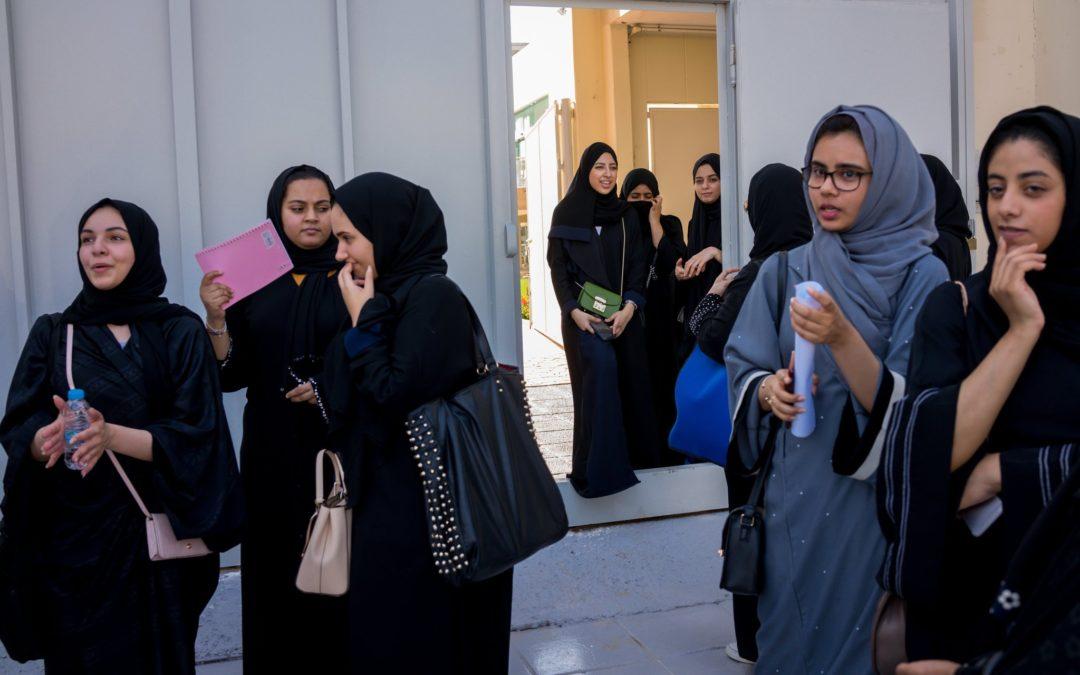"""إقالة خطيب مسجد في جدة هاجم المرأة العاملة في خطبة العيد ووصفها كالتي """"تأكل بثدييها"""""""