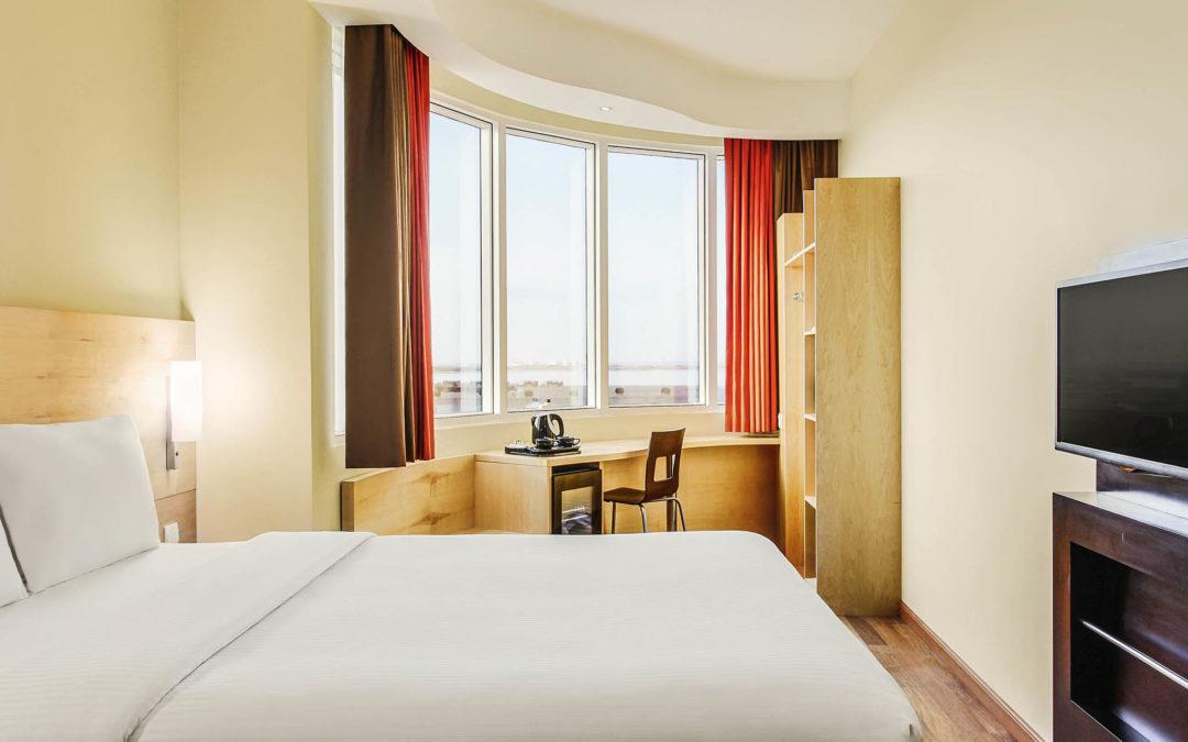"""السعودية تسمح للنساء بحجز غرف في الفنادق دون """"محرم"""" بهدف تشجيع السياحة"""