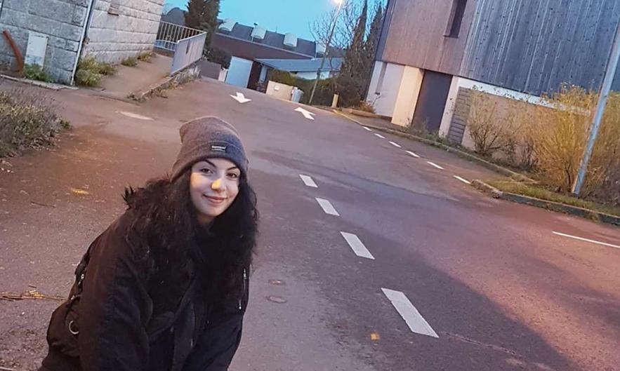 رفصت تعنيف والدها وضربه لها وتوجهت للقضاء الفرنسي… هذه تفاصيل قضية نورا النبهان!