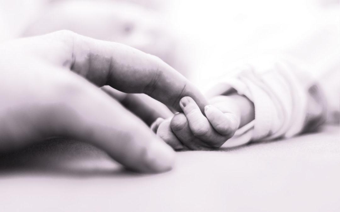 خطف ابنتها الرضيعة ومنعها من رؤيتها… صرخة الأم «غنى» هل تُسمَع؟